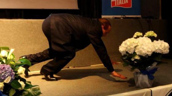 """Berlusconi inciampa sul palco a Genova: """"Questa è la sinistra"""""""