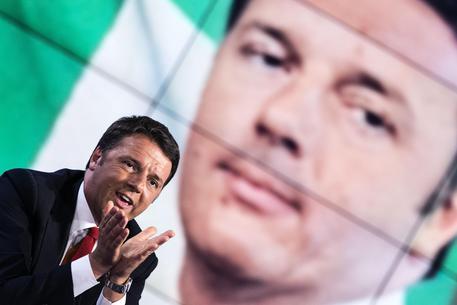 """Il presidente del consiglio Matteo Renzi durante la trasmissione televisiva """"Porta a Porta"""" condotta da Bruno Vespa, Roma, 16 giugno 2015. ANSA/ANGELO CARCONI"""