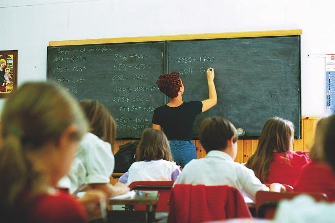 SCUOLA:STUDENTI IN CLASSE E GENITORI FUORI DALLA SCUOLA.ATT.PEREGO - SCUOLA ELEMENTARE DI VIA NOE - Fotografo: FOTOGRAMMA - dispersione scolastica
